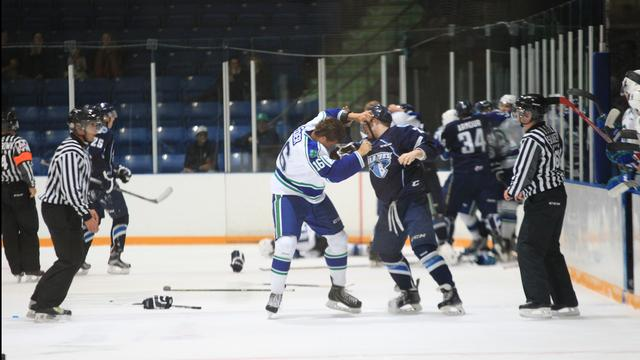 Elder fights Higson (photo by Dawin Knelsen for scbroncos.com)